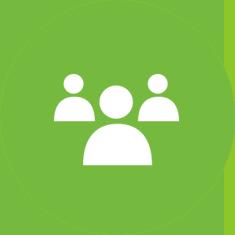 Ryhmä ihmisiä vihreällä taustalla